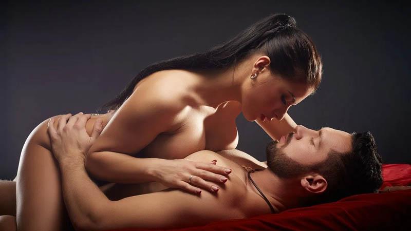 Mulher sexualmente desinibida que toma a iniciativa na cama